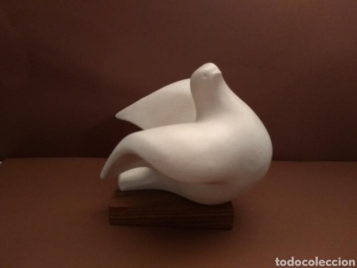 PALOMA DE CARMEN PERUJO FIRMADA POR LA AUTORA. SIMILAR SARGADELOS (Arte - Escultura - Porcelana)