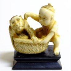 Arte: ANTIGUA FIGURA DE MARFIL - PERIODO MEIJI - JAPON - EN PEANA DE MADERA. Lote 145585838