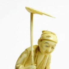 Arte: ANTIGUA FIGURA JAPONESA EN MARFIL - LABRADOR CON AZADA Y BASTON. Lote 148196894