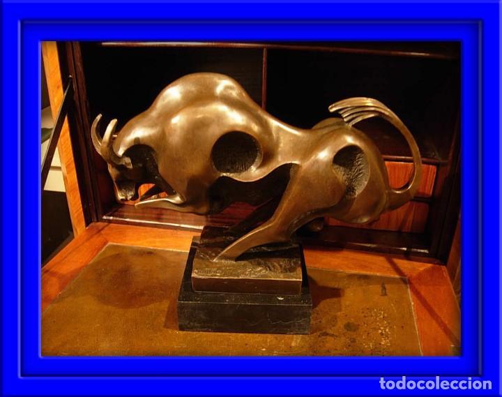 PRECIOSA FIGURA DE TORO DE BRONCE ART DECO SOBRE BASE DE MARMOL FIRMADA MILO (Arte - Escultura - Bronce)