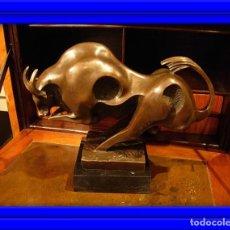 Arte: PRECIOSA FIGURA DE TORO DE BRONCE ART DECO SOBRE BASE DE MARMOL FIRMADA MILO. Lote 149349978