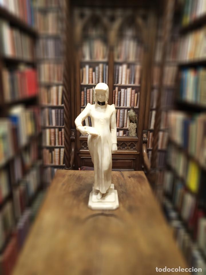 BELLÍSIMA ESCULTURA ART NOUVEAU DE JOVEN MUJER CON LIBRO EN LA MANO - FIRMADA POR EL ARTISTA - (Arte - Escultura - Alabastro)