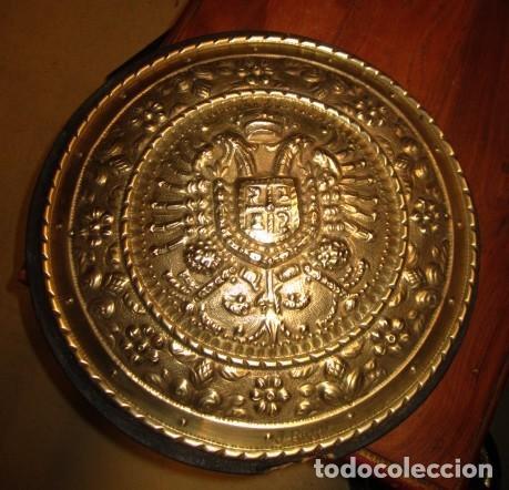 EMBLEMA DE TOLEDO ANTIGUO ,REPUJADO EN LATON, FIRMADO J.BAYO (Arte - Escultura - Bronce)