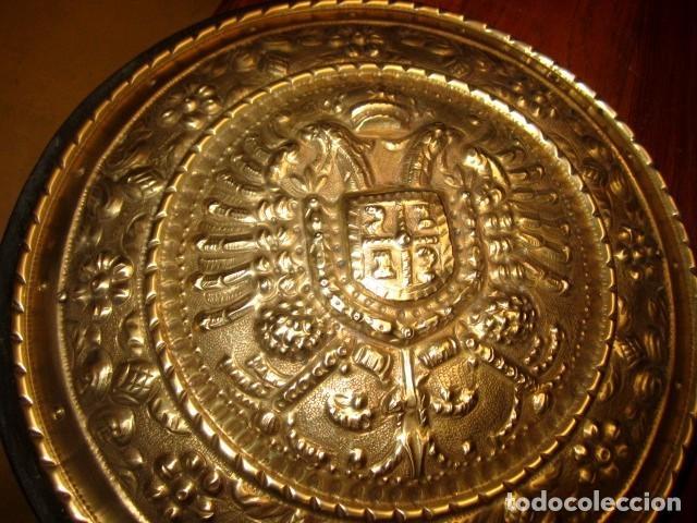 Arte: Emblema de Toledo antiguo ,repujado en laton, firmado J.Bayo - Foto 2 - 152160670