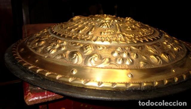 Arte: Emblema de Toledo antiguo ,repujado en laton, firmado J.Bayo - Foto 4 - 152160670