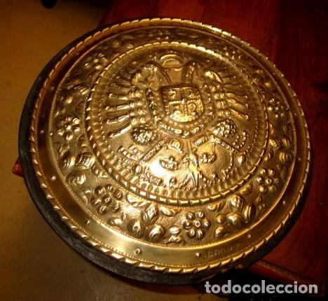 Arte: Emblema de Toledo antiguo ,repujado en laton, firmado J.Bayo - Foto 5 - 152160670