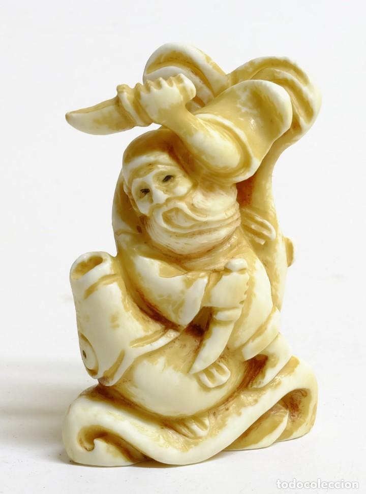 ANTIGUO NETSUKE JAPONES EN MARFIL - PESCADOR LUCHANDO CON GRAN PEZ (Arte - Escultura - Marfil)