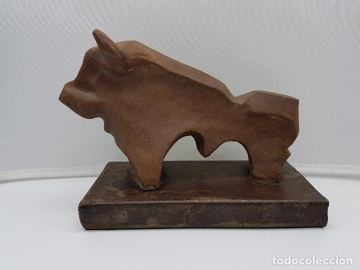 ORIGINAL ESCULTURA DE DISEÑO ABSTRACTO, TORO DE TERRACOTA SOBRE PEANA DE HIERRO FUNDIDO, FIRMADO . (Arte - Escultura - Terracota )