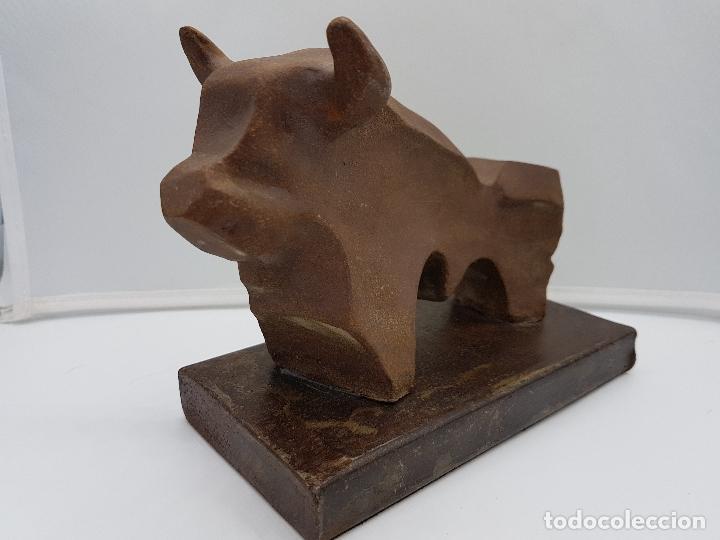 Arte: Original escultura de diseño abstracto, toro de terracota sobre peana de hierro fundido, firmado . - Foto 2 - 152654390