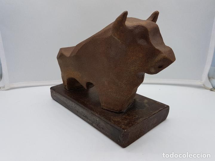 Arte: Original escultura de diseño abstracto, toro de terracota sobre peana de hierro fundido, firmado . - Foto 3 - 152654390