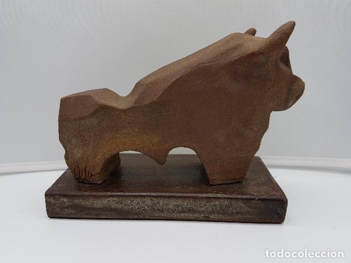 Arte: Original escultura de diseño abstracto, toro de terracota sobre peana de hierro fundido, firmado . - Foto 4 - 152654390