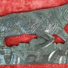 Arte: REMATE PARA CALENDARIOS DE MADERA TALLADA. PERRO LABRADOR. SIGLO XX. . Lote 155799350