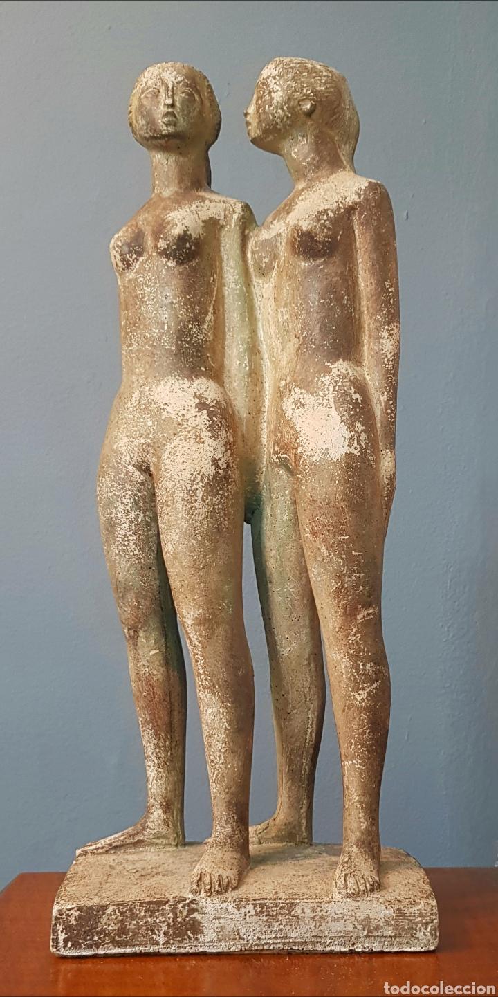 CHUCK DODSON, PRECIOSA ESCULTURA VINTAGE 2 MUJERES EN PIEDRA, FIRMADA. (Arte - Escultura - Piedra)