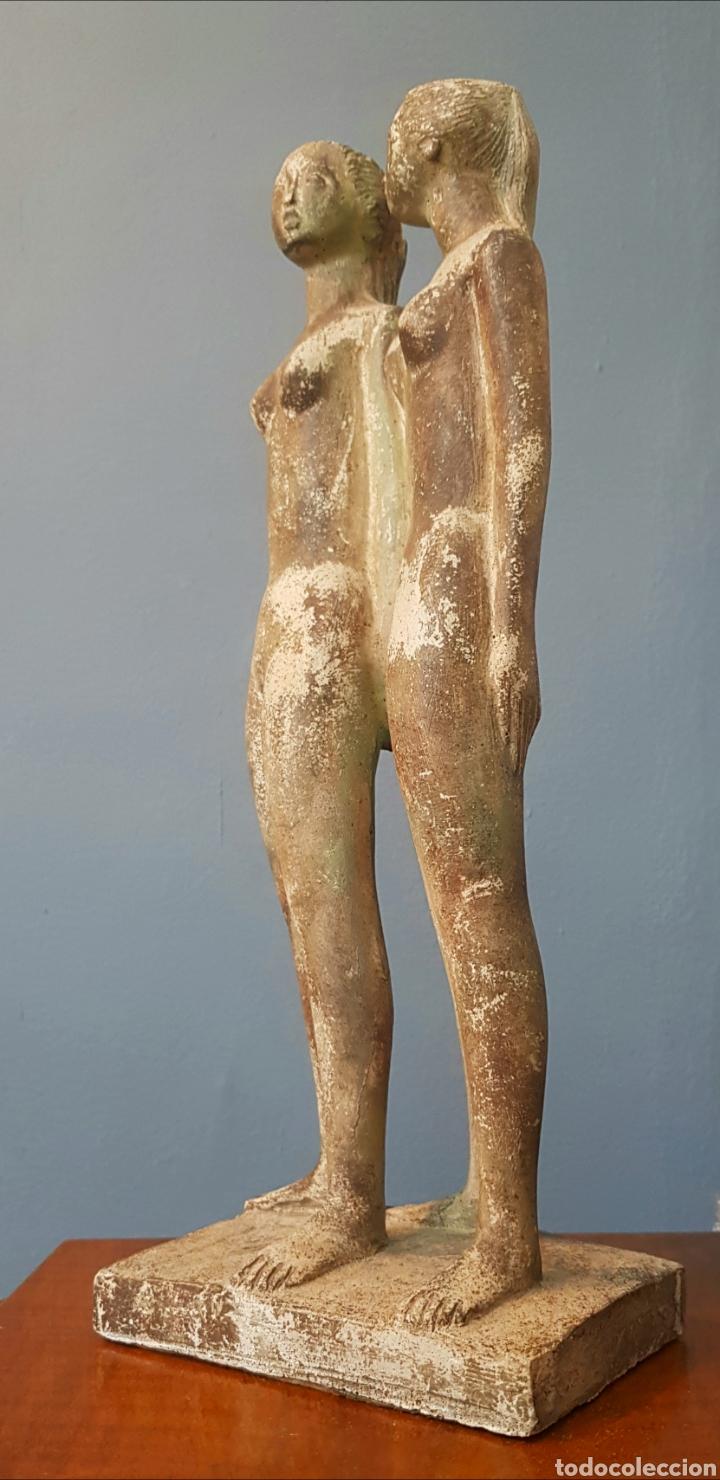 Arte: Chuck Dodson, preciosa escultura vintage 2 mujeres en piedra, firmada. - Foto 2 - 159401121