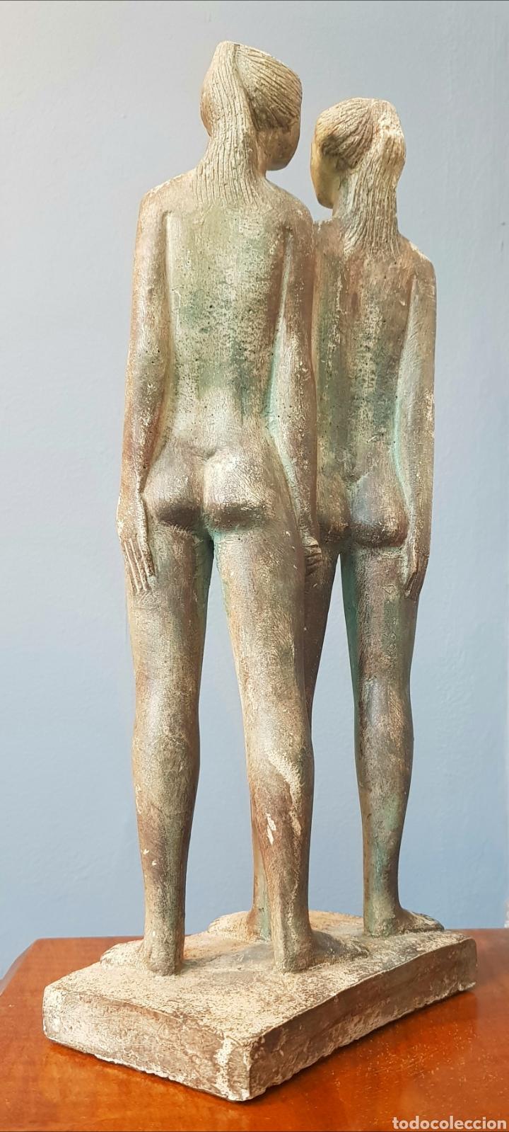 Arte: Chuck Dodson, preciosa escultura vintage 2 mujeres en piedra, firmada. - Foto 3 - 159401121