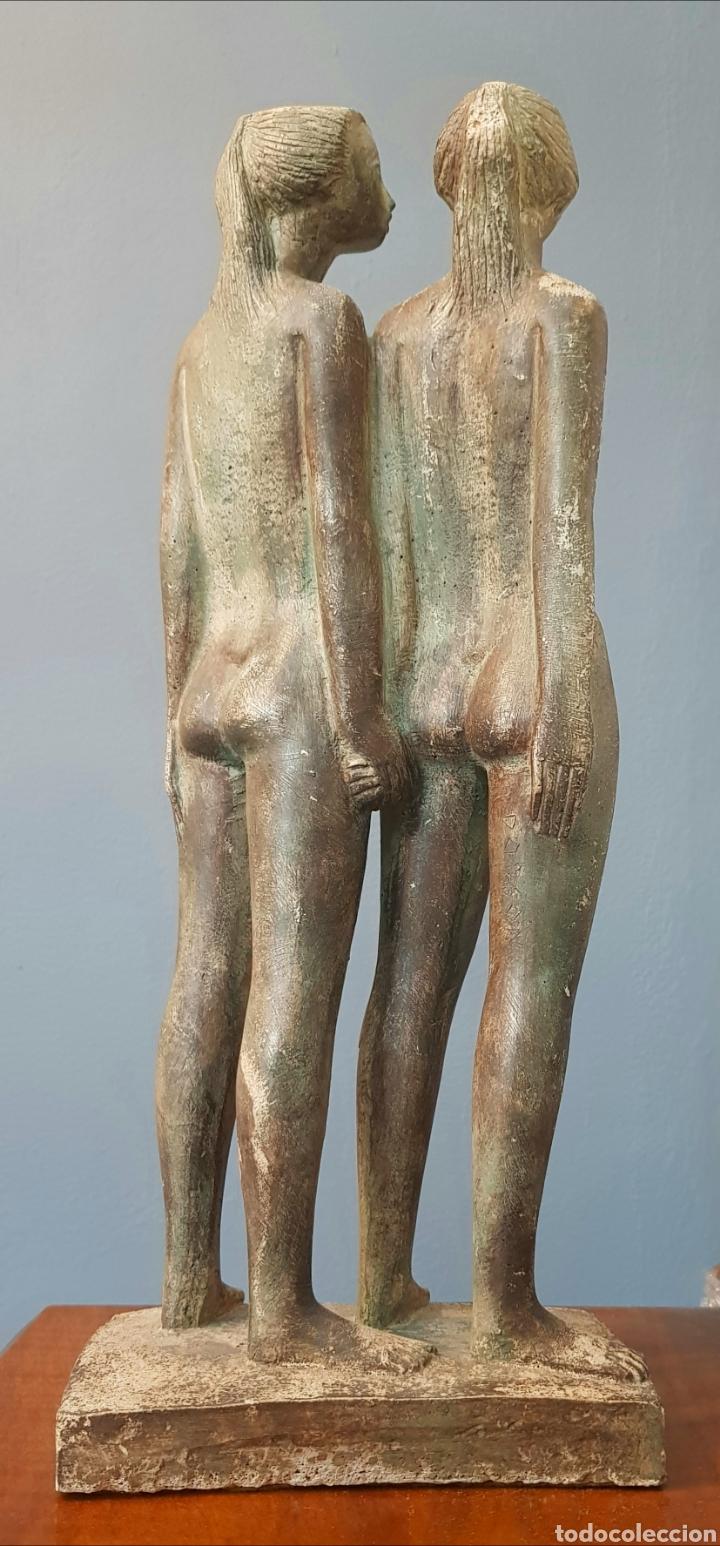 Arte: Chuck Dodson, preciosa escultura vintage 2 mujeres en piedra, firmada. - Foto 5 - 159401121