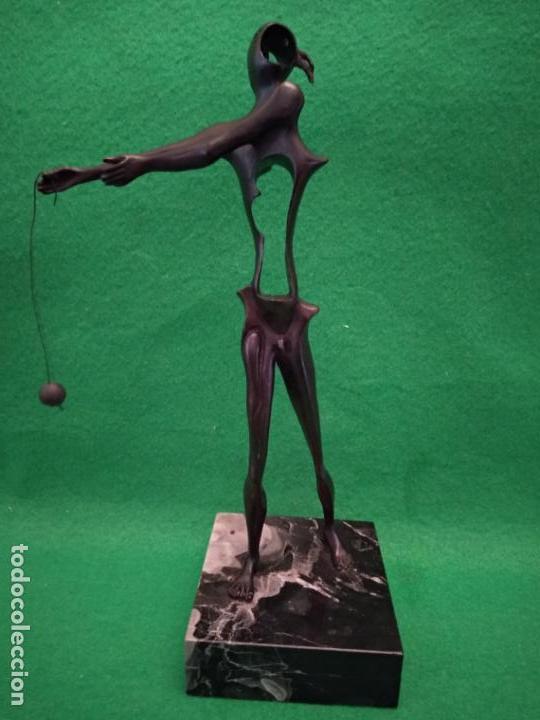 SALVADOR DALI ESCULTURA HOMENAJA A NEWTON NUMERADA 480/1000 EN BRONCE Y MARMOL (Arte - Escultura - Bronce)
