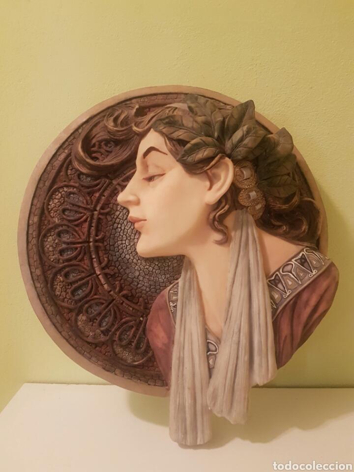 BELLO BUSTO DE SEÑORA BAJO RELIEVE SOBRE MEDALLON (Arte - Escultura - Resina)