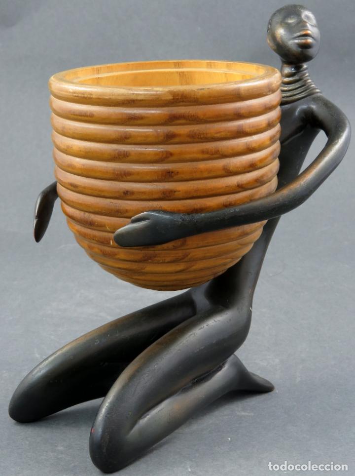 ESCULTURA MUJER AFRICANA EN BRONCE Y CUENCO DE MADERA ATRIBUIDA A FRANZ HAGENAUER AUSTRIA 1906 1986 (Arte - Escultura - Bronce)