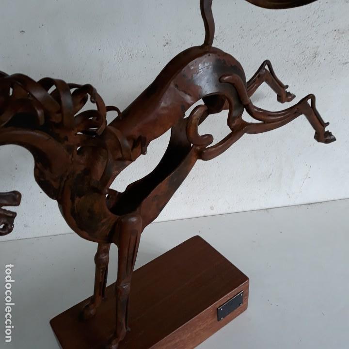 Arte: Escultura caballo retozando ,en hierro con peana de madera. - Foto 7 - 164898406