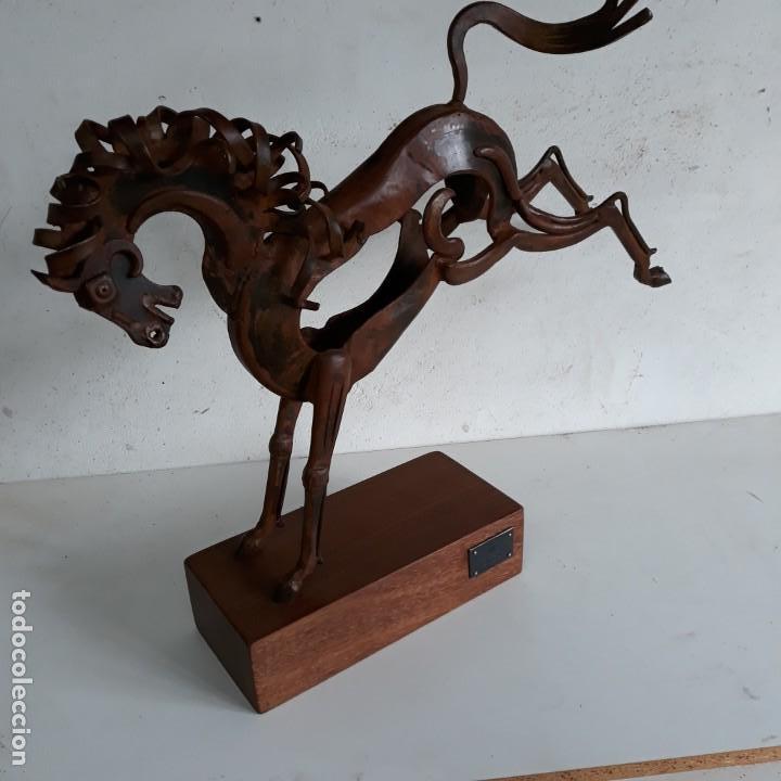 ESCULTURA CABALLO RETOZANDO ,EN HIERRO CON PEANA DE MADERA. (Arte - Escultura - Hierro)