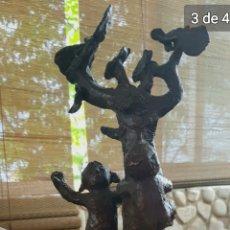 Arte: ESCULTURA BRONCE NIÑOS EN ÁRBOL, FIRMADA.. Lote 165143669
