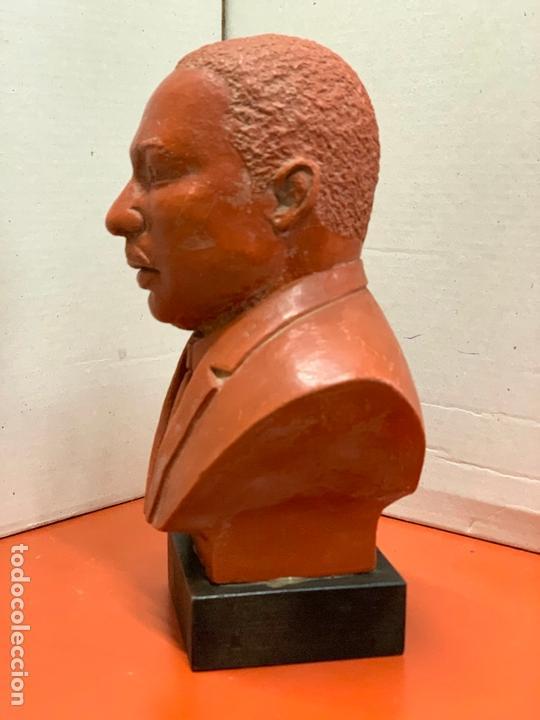 Arte: Curiosa figura o busto de MARTIN LUTHER KING en terracota sobre base de madera. Impecable - Foto 2 - 165722158