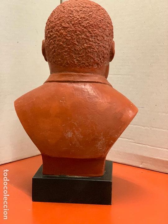Arte: Curiosa figura o busto de MARTIN LUTHER KING en terracota sobre base de madera. Impecable - Foto 3 - 165722158
