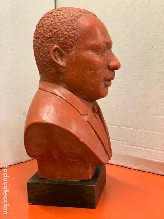 Arte: Curiosa figura o busto de MARTIN LUTHER KING en terracota sobre base de madera. Impecable - Foto 4 - 165722158