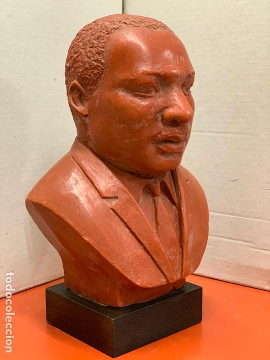 Arte: Curiosa figura o busto de MARTIN LUTHER KING en terracota sobre base de madera. Impecable - Foto 6 - 165722158