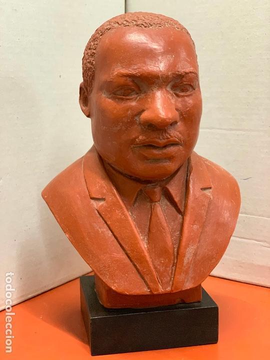 Arte: Curiosa figura o busto de MARTIN LUTHER KING en terracota sobre base de madera. Impecable - Foto 10 - 165722158