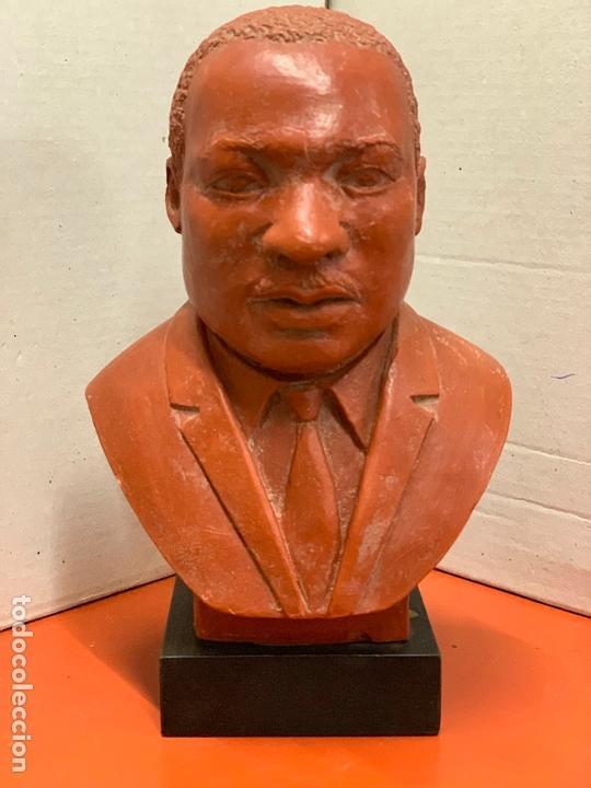 Arte: Curiosa figura o busto de MARTIN LUTHER KING en terracota sobre base de madera. Impecable - Foto 11 - 165722158