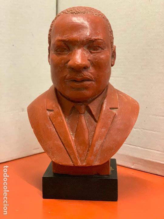 Arte: Curiosa figura o busto de MARTIN LUTHER KING en terracota sobre base de madera. Impecable - Foto 13 - 165722158