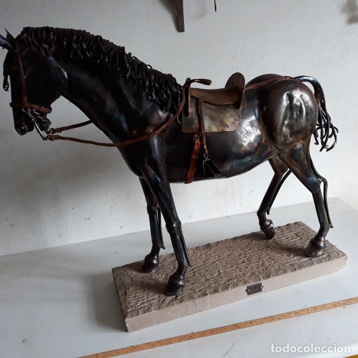 ESCULTURA DE CABALLO EN CHAPA DE HIERRO SOBRE PEANA DE PIEDRA. LUIS MARTIN. AÑO 2006 (Arte - Escultura - Hierro)