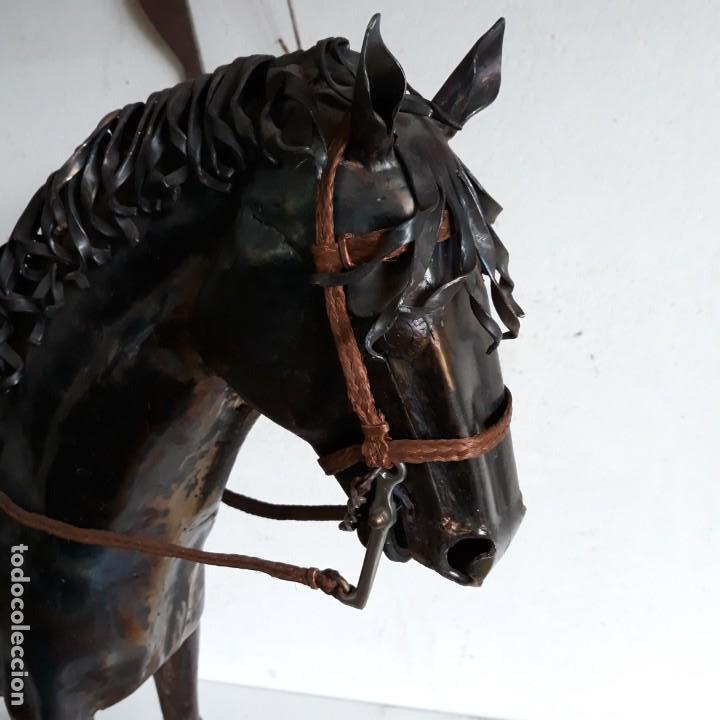 Arte: Escultura de caballo en chapa de hierro sobre peana de piedra. Luis Martin. Año 2006 - Foto 2 - 165863070