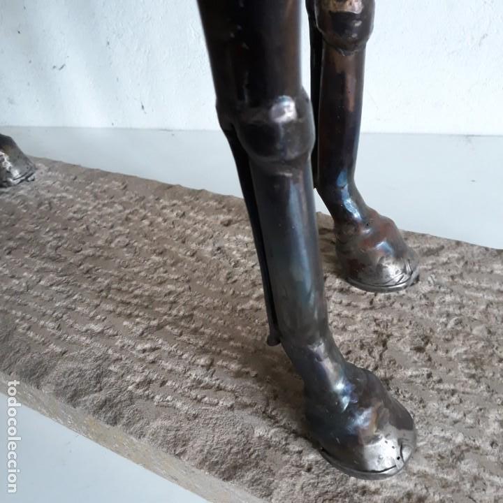 Arte: Escultura de caballo en chapa de hierro sobre peana de piedra. Luis Martin. Año 2006 - Foto 5 - 165863070