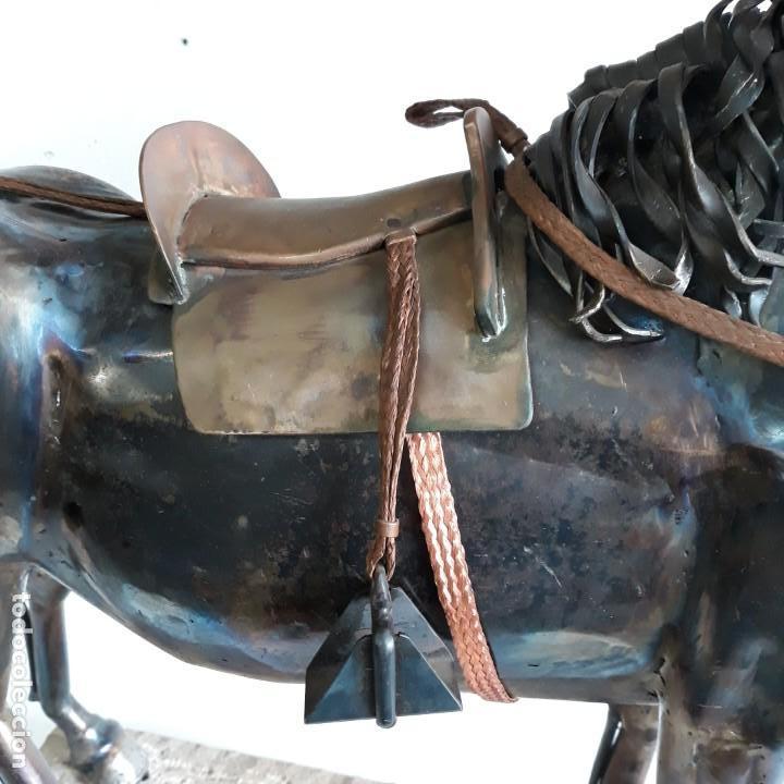 Arte: Escultura de caballo en chapa de hierro sobre peana de piedra. Luis Martin. Año 2006 - Foto 6 - 165863070