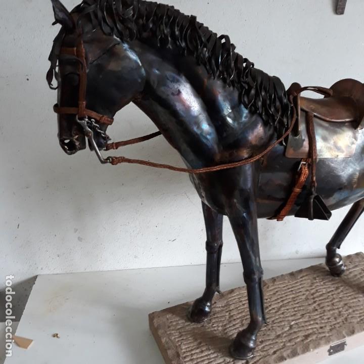 Arte: Escultura de caballo en chapa de hierro sobre peana de piedra. Luis Martin. Año 2006 - Foto 11 - 165863070