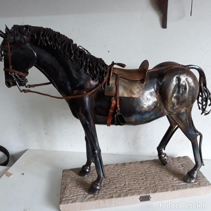 Arte: Escultura de caballo en chapa de hierro sobre peana de piedra. Luis Martin. Año 2006 - Foto 15 - 165863070