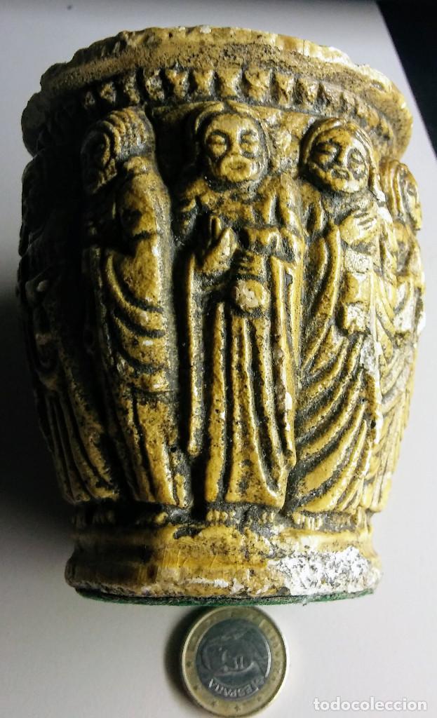 RECIPIENTE MUY ANTIGUO CON FIGURAS RELIGIOSAS (Arte - Escultura - Alabastro)