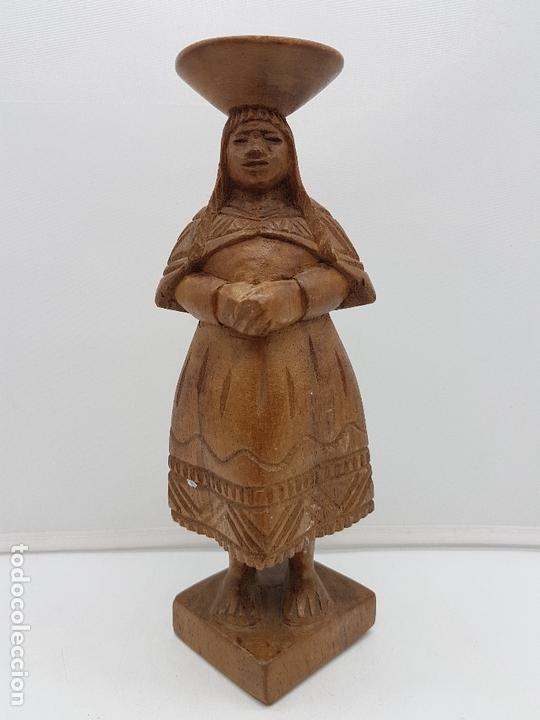 ANTIGUA ESCULTURA DE MADERA TALLADA A MANO, MUJER PORTEADORA, SUDAMERICA. (Arte - Escultura - Madera)