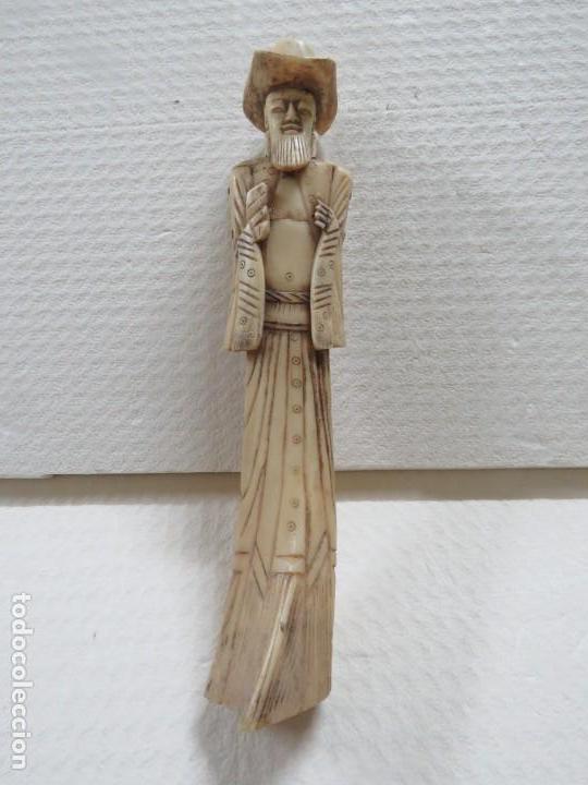 MARAVILLOSA TALLA JAPONESA EN MARFIL DE UN HOMBRE CON SOMBRERO, DATA DEL SIGLO XIX, 31,5 CMS (Arte - Escultura - Marfil)