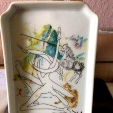 Arte: PLATO DE PORCELANA DE SALVADOR DALI, Nº2264/3000 , L´UNICORNE LASER DESINTEGRES LES...AÑO 1969. Lote 167669552
