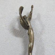 Arte: PRECIOSA FIGURA -EMBLEMA DE COCHE ANTIGUO DE LOS AÑOS 30 EN BRONCE PLATEADO, 17 CMS, 250 GRAMOS. Lote 167678756