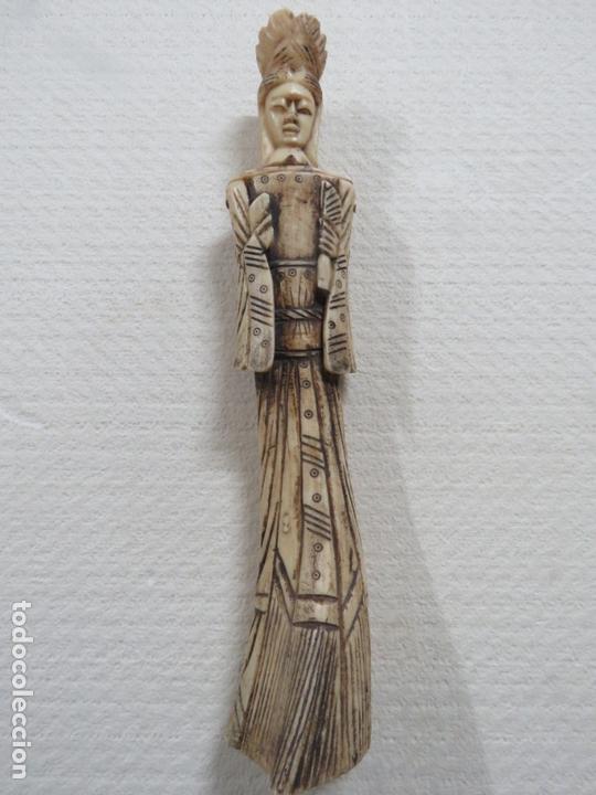 BONITA TALLA JAPONESA EN MARFIL-HUESO DE UNA MUJER CON ABANICO, DATA DEL SIGLO XIX, 33,5 CMS (Arte - Escultura - Marfil)