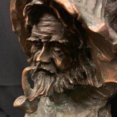Arte: ESCULTURA, IMAGEN DE PESCADOR FIRMADA PAU MORELL EN LA BASE. 35CMS. ACABADO BRONCE. Lote 168004900