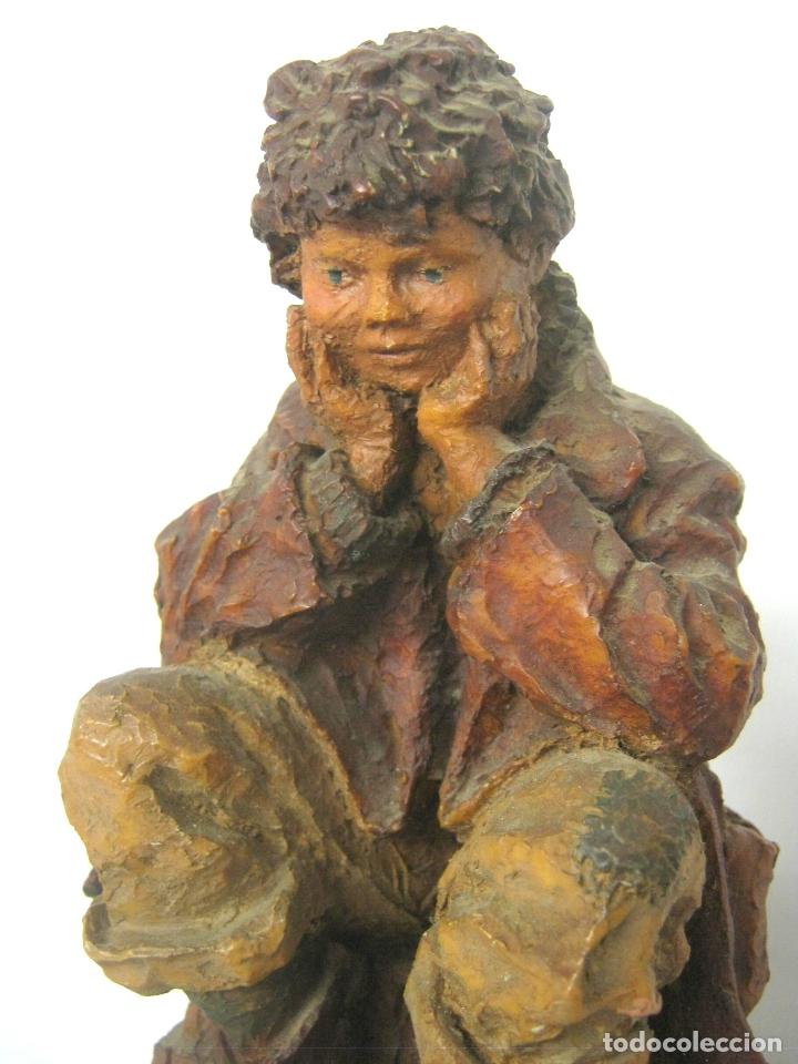 Arte: Bella escultura en resina policromada de Josep Bofill - niño sentado con perro - firmada y placa - Foto 2 - 169967504