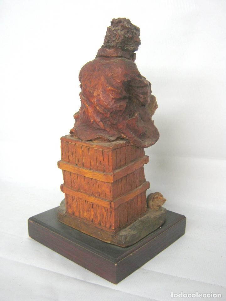 Arte: Bella escultura en resina policromada de Josep Bofill - niño sentado con perro - firmada y placa - Foto 4 - 169967504
