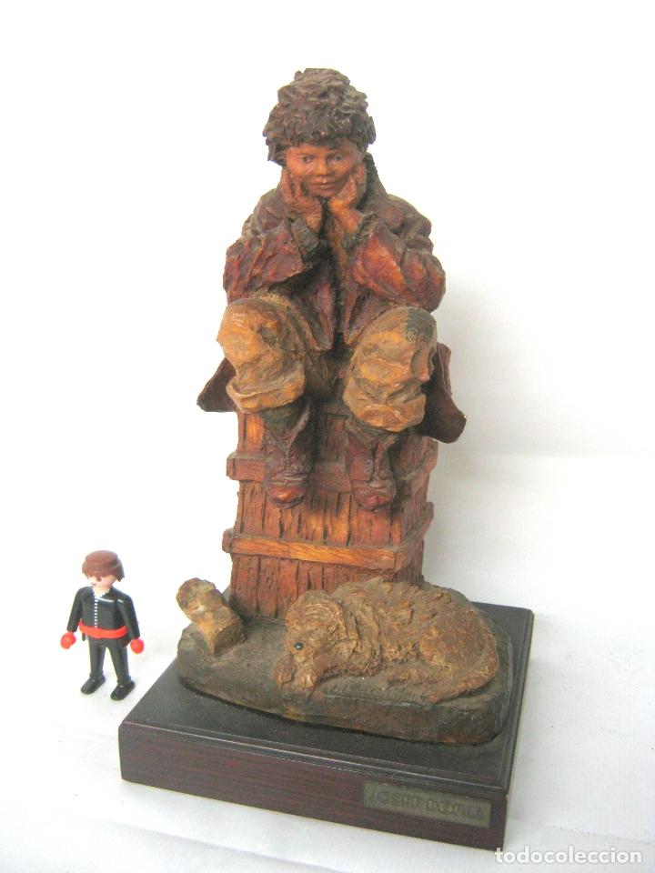 BELLA ESCULTURA EN RESINA POLICROMADA DE JOSEP BOFILL - NIÑO SENTADO CON PERRO - FIRMADA Y PLACA (Arte - Escultura - Resina)