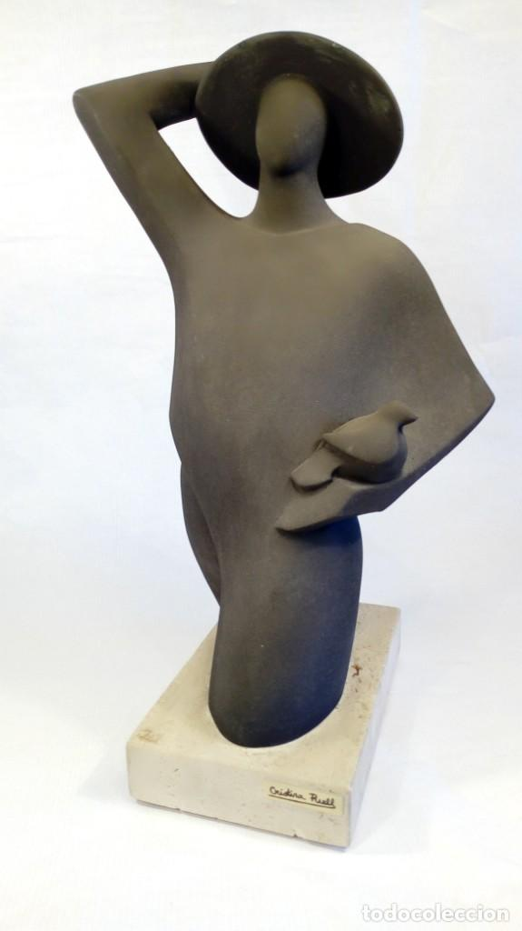 ESCULTURA DE CRISTINA PUELL PARA PAOR. PIEDRA REFRACTARIA PATINADA. FIRMADA. PEANA EN MÁRMOL. (Arte - Escultura - Piedra)